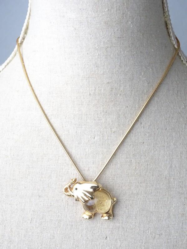 Goudkleurige ketting met hangertje in de vorm van een olifant.