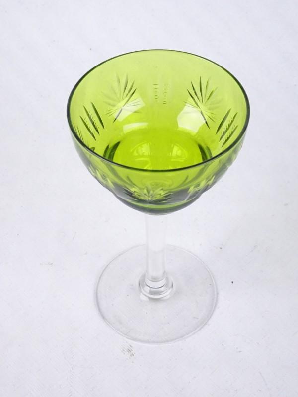 Groen glas op ronde doorzichtige voet.