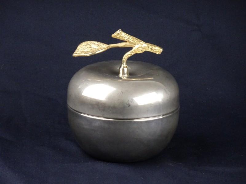 Decoratieve appel uit metaal.