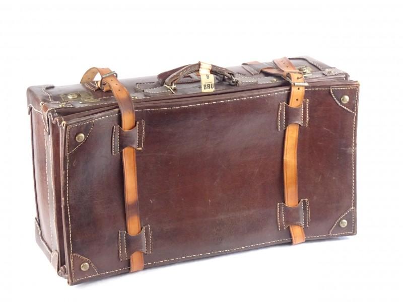 Antieke lederen reiskoffer met bijhorende sleutels.