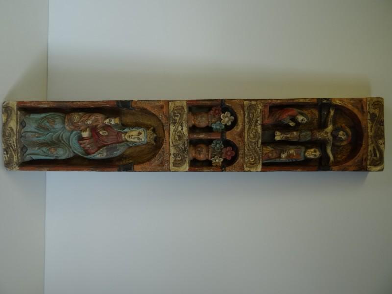 Oud polychroom hout gesneden neo-romaans altaarstuk.