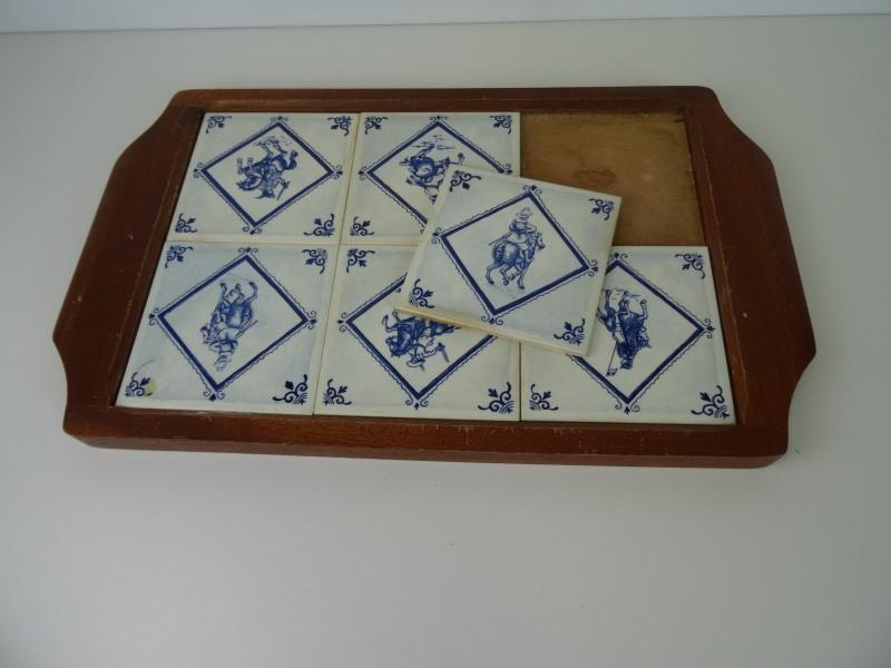 Diensblad met blauwe tegels