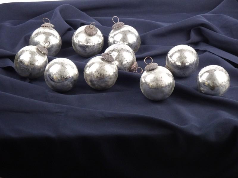 Lot van 10 vintage zilverkleurige grote kerstballen.