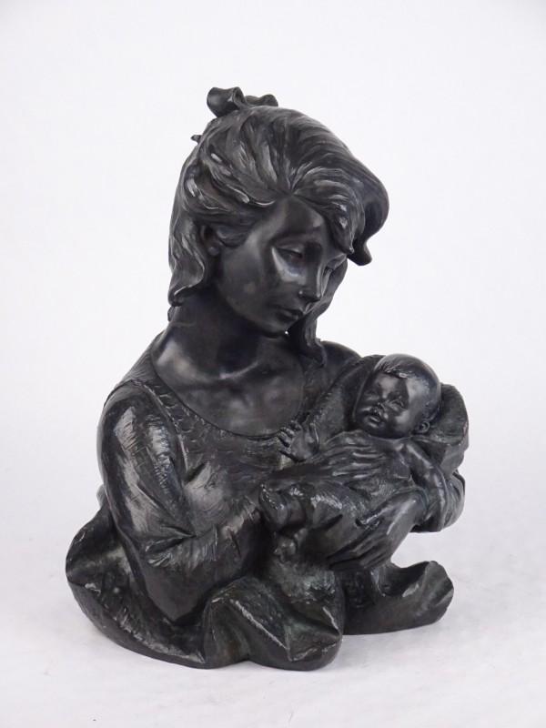 Zwaar beeld van moeder en kind. 30 cm hoog.