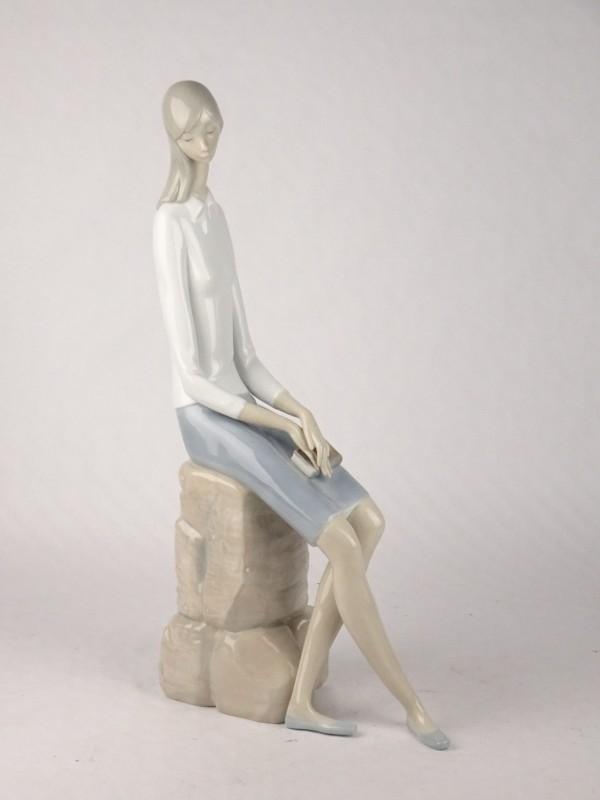 Lladro porseleinen beeld van een dame met boek.
