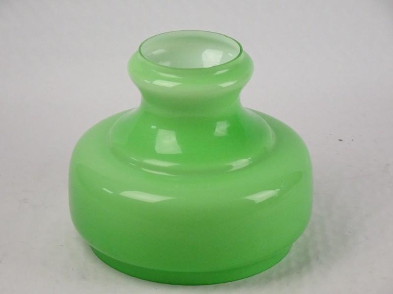 Vintage lampenkap in groen glas met een witte binnenkant.