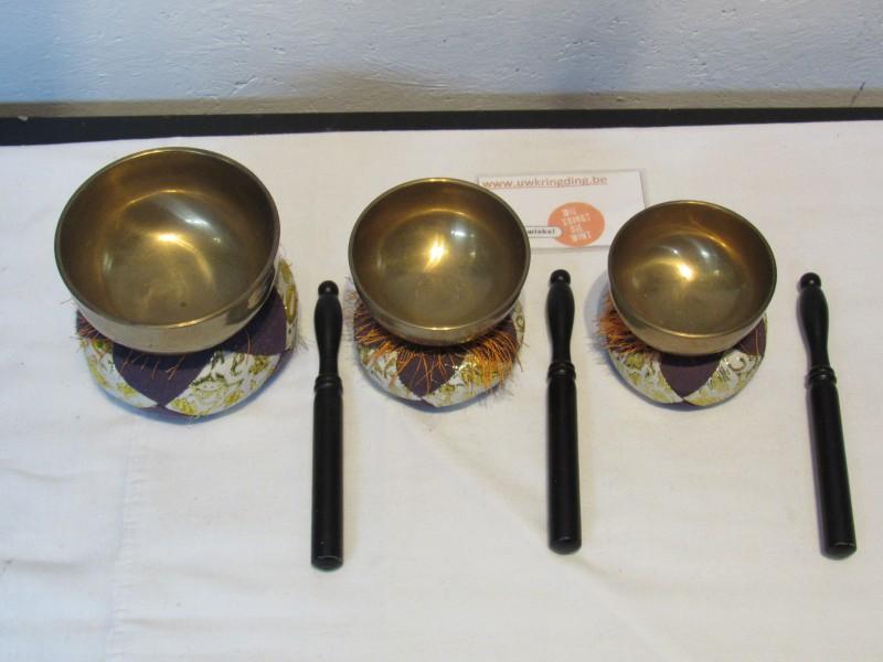 3 klankschalen (klein) met kussentjes en houten stokjes