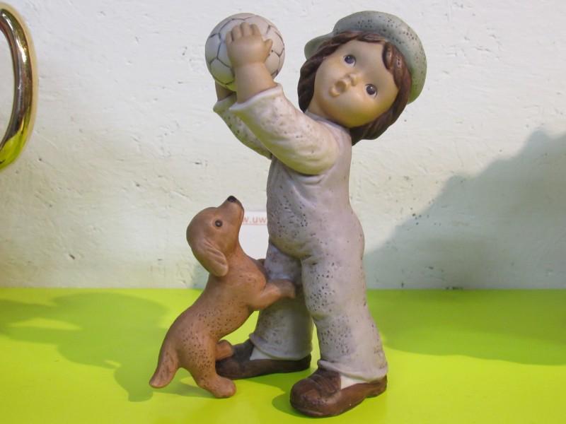 Jongen spelend met hond - Goebel Nina Marco Limpke