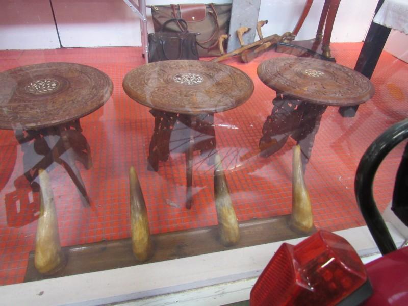 Lot drie bijzettafeltjes met houtsnijwerk