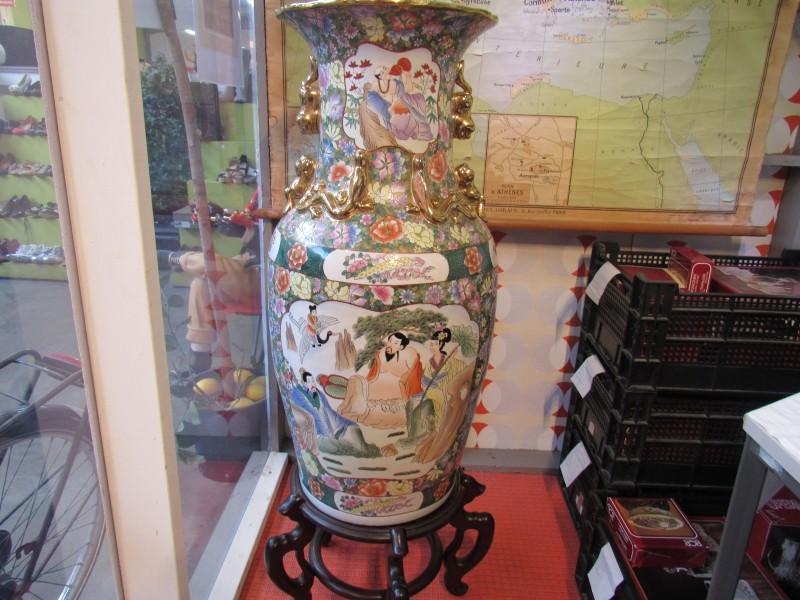 Grote Chinese vaas op houten voet