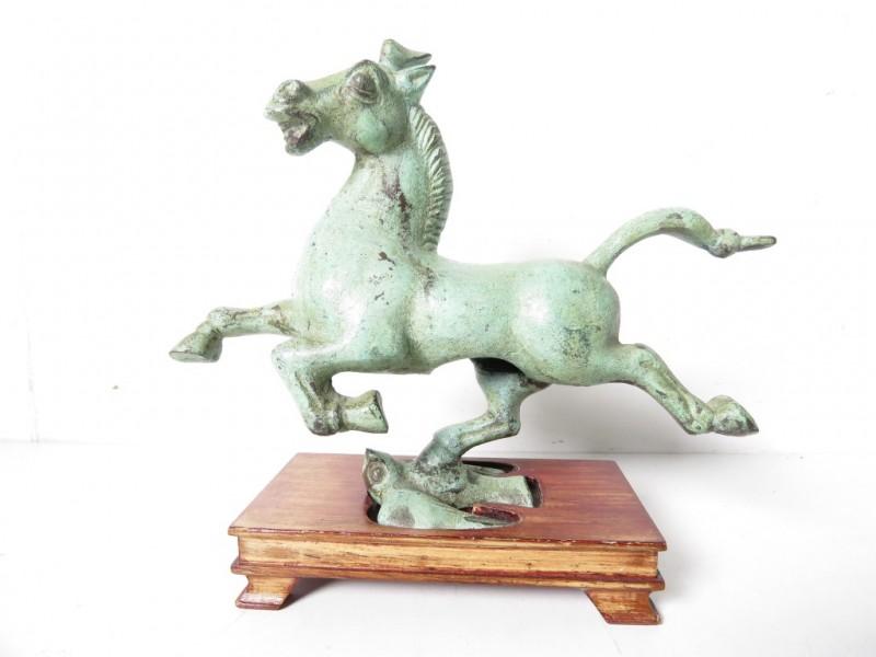 Groen gepatineerd bronzen beeldje van een paard