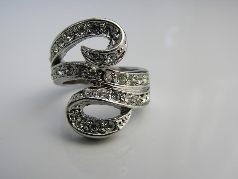 Zilverkleurige ring met steentjes