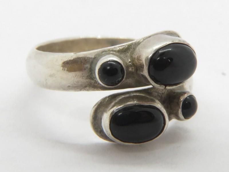 Zilveren ring 925 met zwarte stenen
