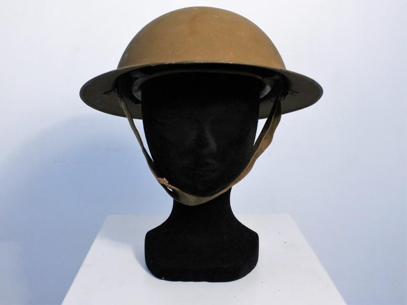 Military collectibles: 2 helmen, gasmasker en veldfles.