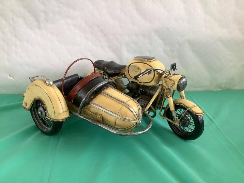 Miniatuurversie in blik van een BMW-motor met sidecar