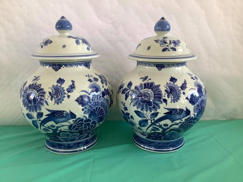 Twee Delfts blauwe potten met deksel