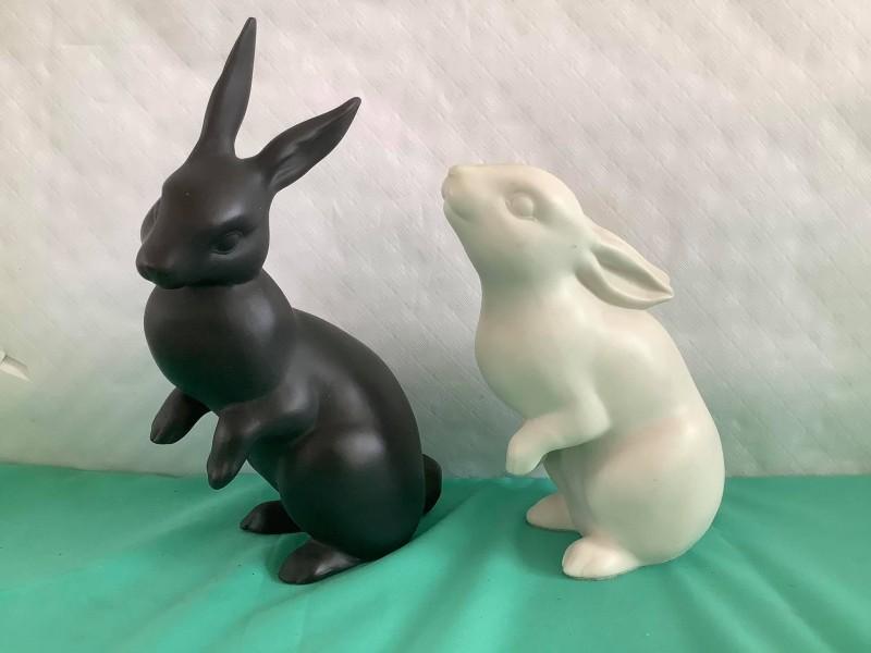 Twee porseleinen beeldjes van konijnen - Franklin Mint