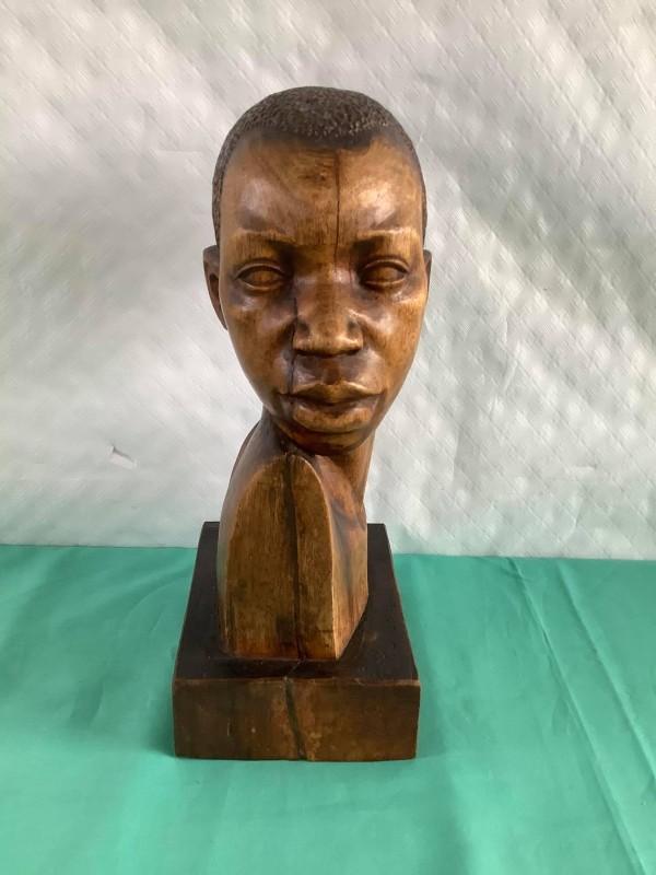 Houten buste van een Afrikaanse jongen door Futi Daniel