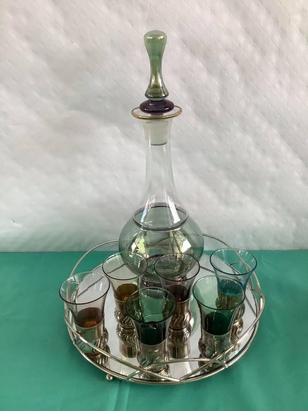 Schaal met schenkkan en 6 glaasjes in gekleurd glas
