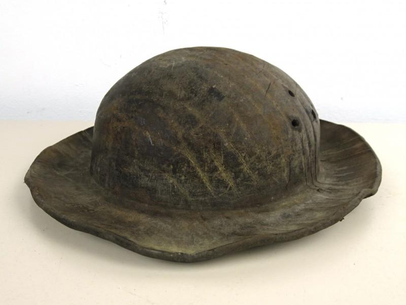 Oud dik lederen hoed/helm