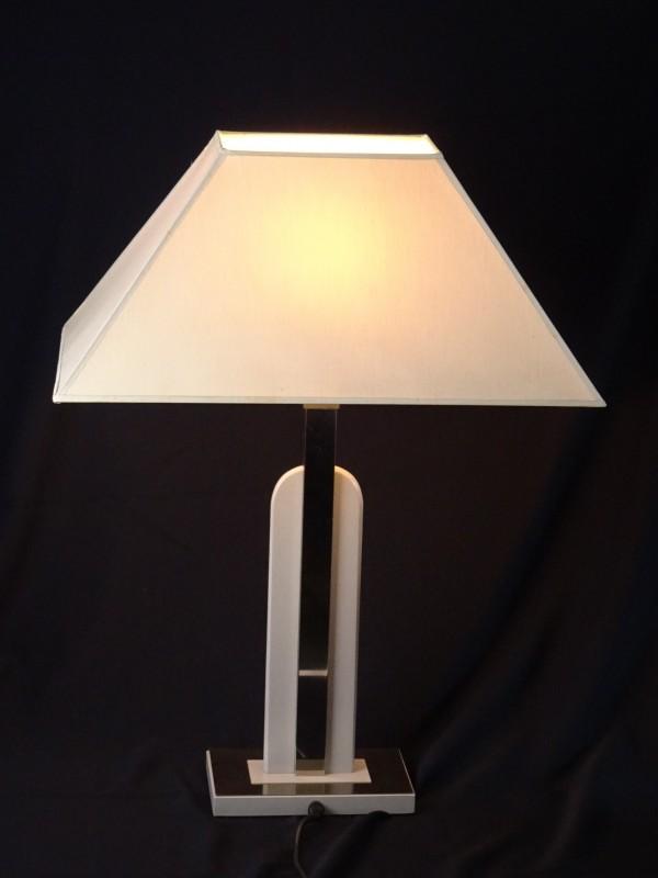 Beige lamp afgewerkt met chrome. Gemerkt Lustrerie Deknudt.