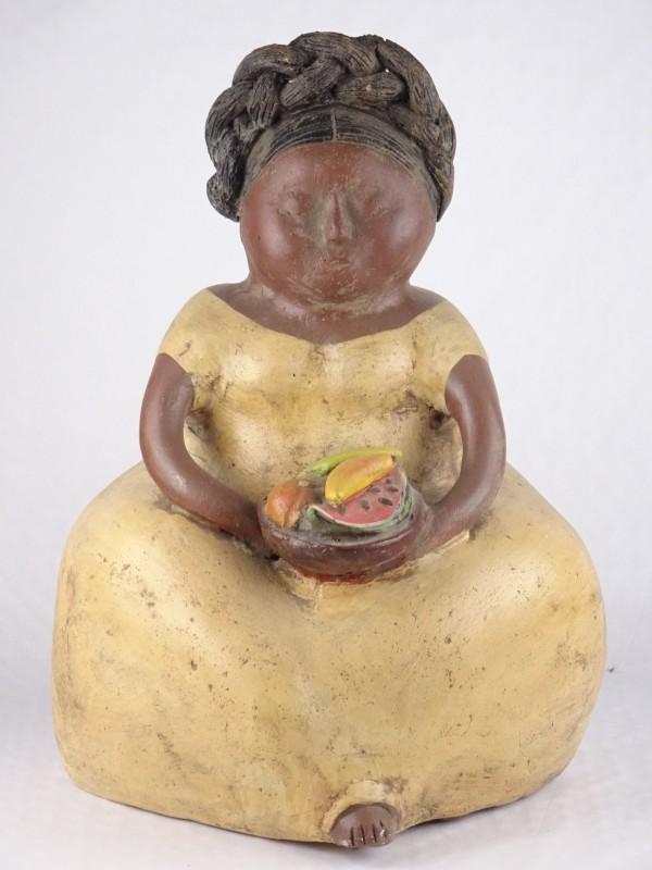 Beeld van dame met een fruitschaal.