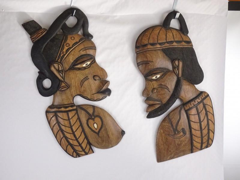 2 houten Afrikaanse kunstwerkjes van een man en een vrouw.