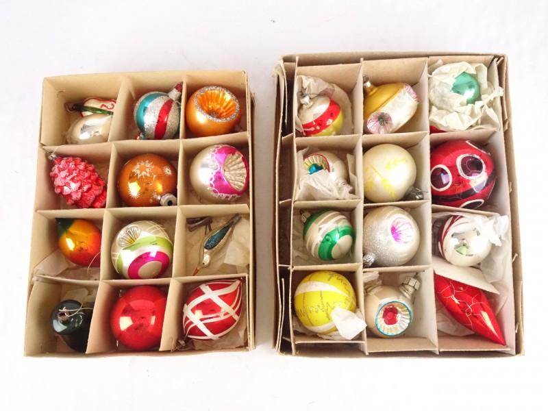 Groot lot van 24 vintage kerstballen in hun bewaardoos.