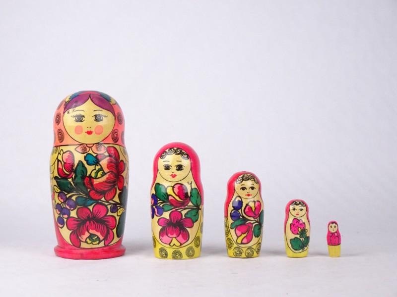 Matroesjka bestaande uit 5 in elkaar passende poppen.