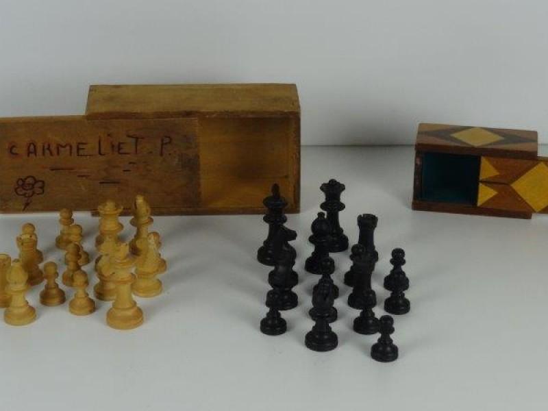 2 Houtenkistjes met schaakstukken en zonder schaakstukken