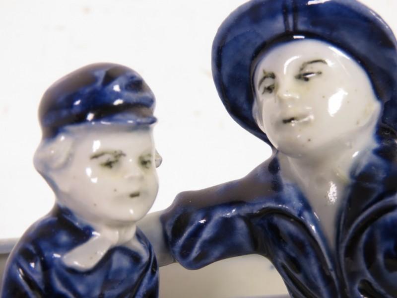 Porseleinen beeldje - Kinderen op bankje