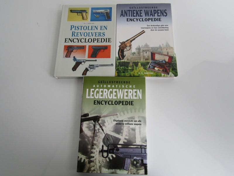 3 x Wapenencyclopedie: Legergeweren, Antieke Wapen en revolvers, A. E. Hartink