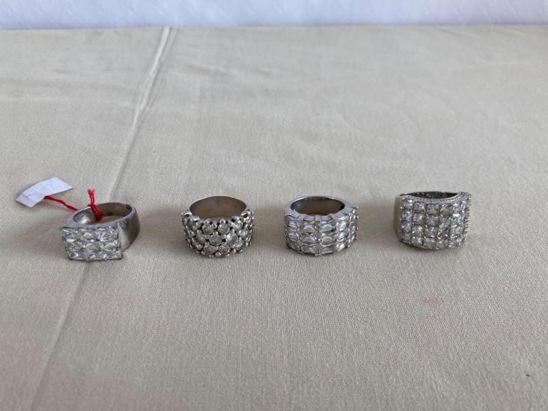 4 zilveren ringen met geslepen doorzichtige steentjes