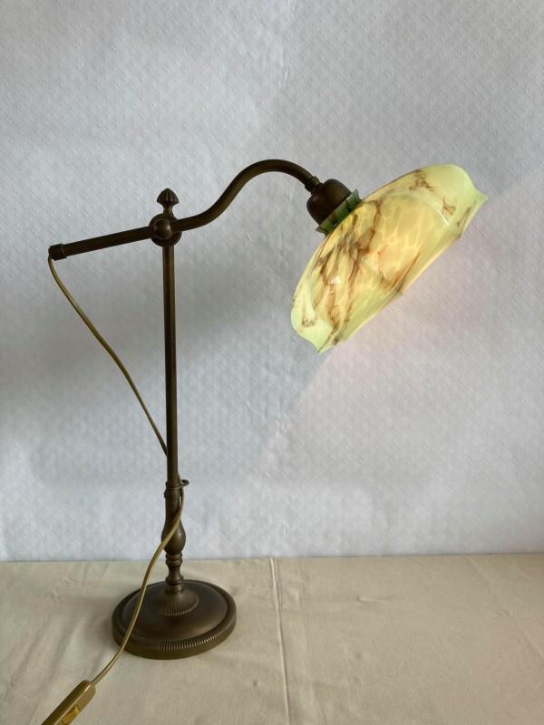Antieke bureaulamp met glazen kap
