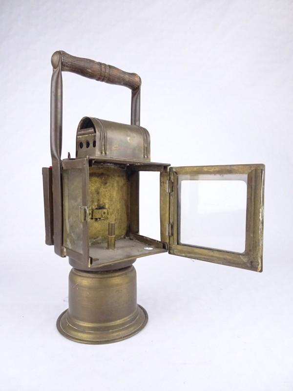 Antieke koperkleurige carbuurlamp met handvat.