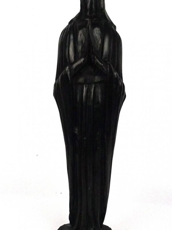 Zwarte houten beeld
