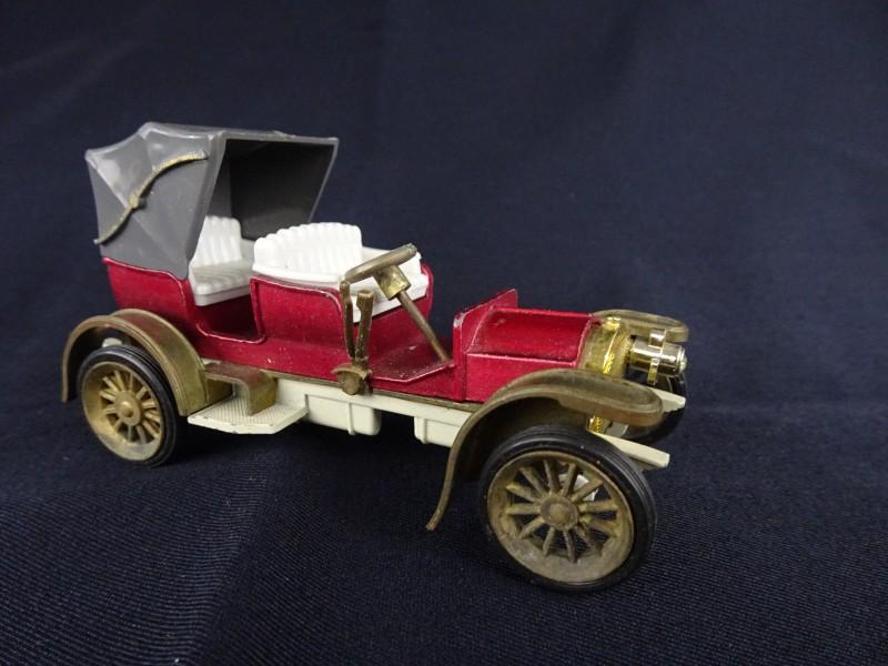 Miniatuur van een oude wagen. (Mercedes Simplex 1904)