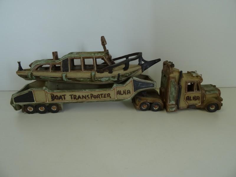 Keramieken Vrachtwagen met transporter en boot, gesigneerd