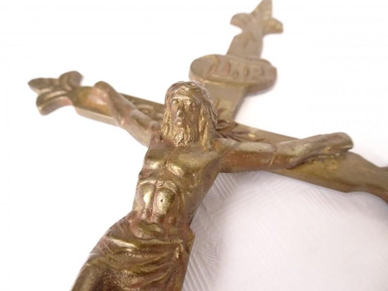 Vintage koperkleurige Jezus aan kruis.