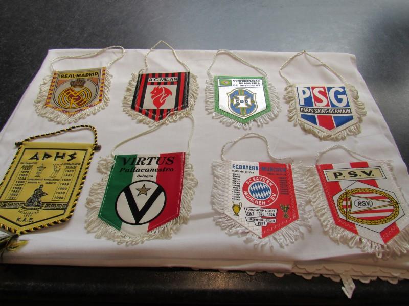 Lot van acht kleine vaandels voetbal, verschillende ploegen