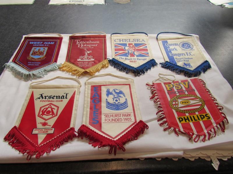 Lot van zeven vaandels, verschillende voetbalploegen