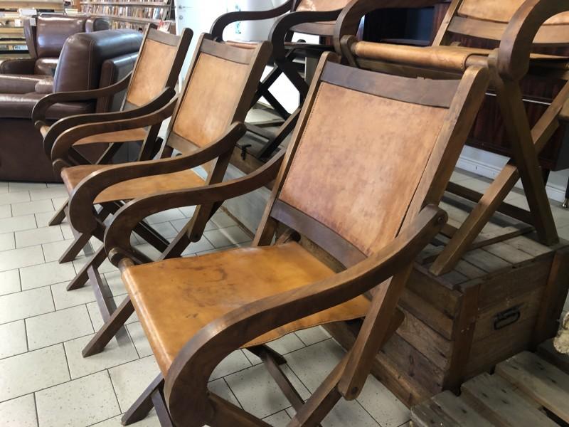 Houten stoelen met lederen zit en rug