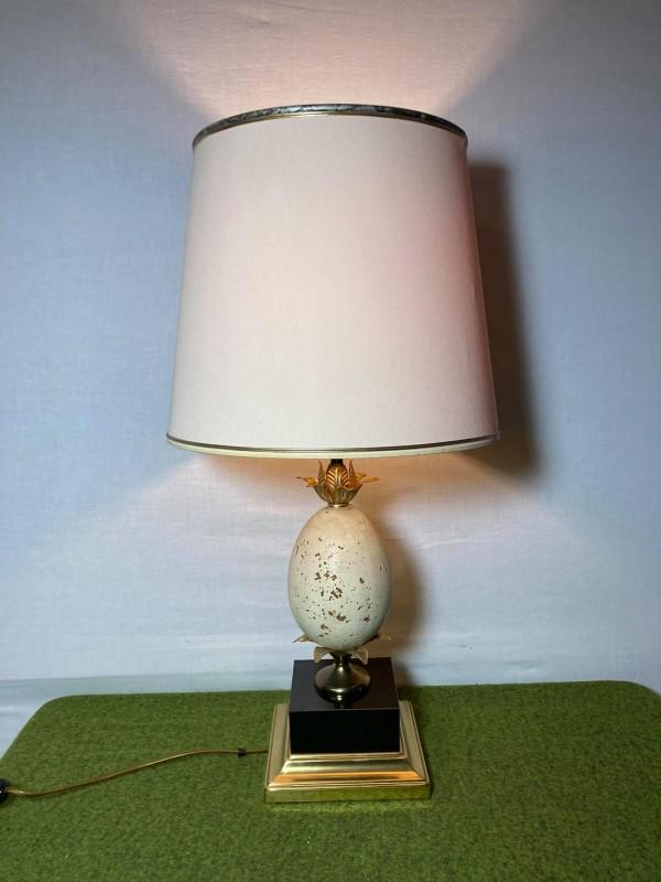 Lamp met een stenen ei in de voet