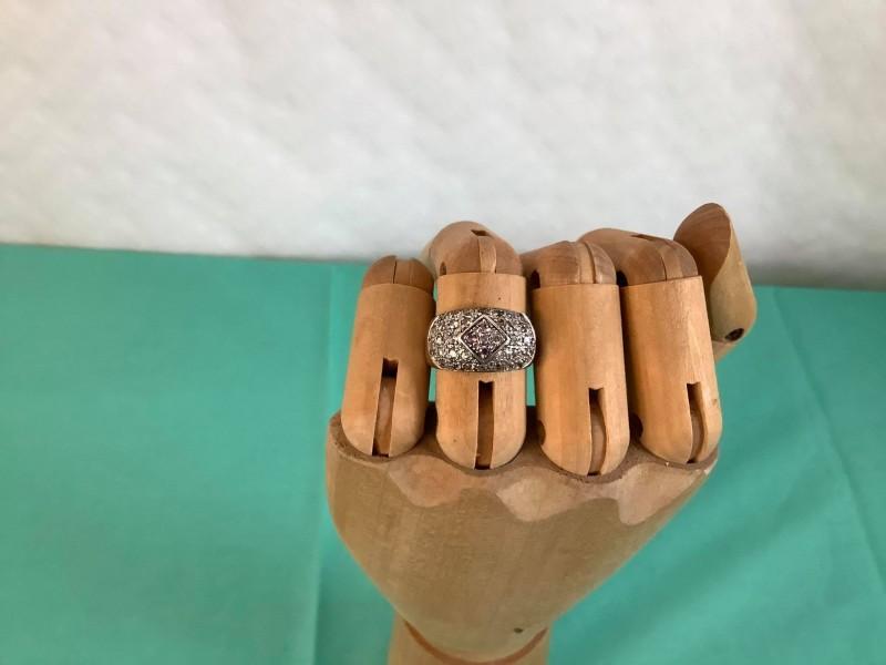 Zilveren ring met ingelegde steentjes