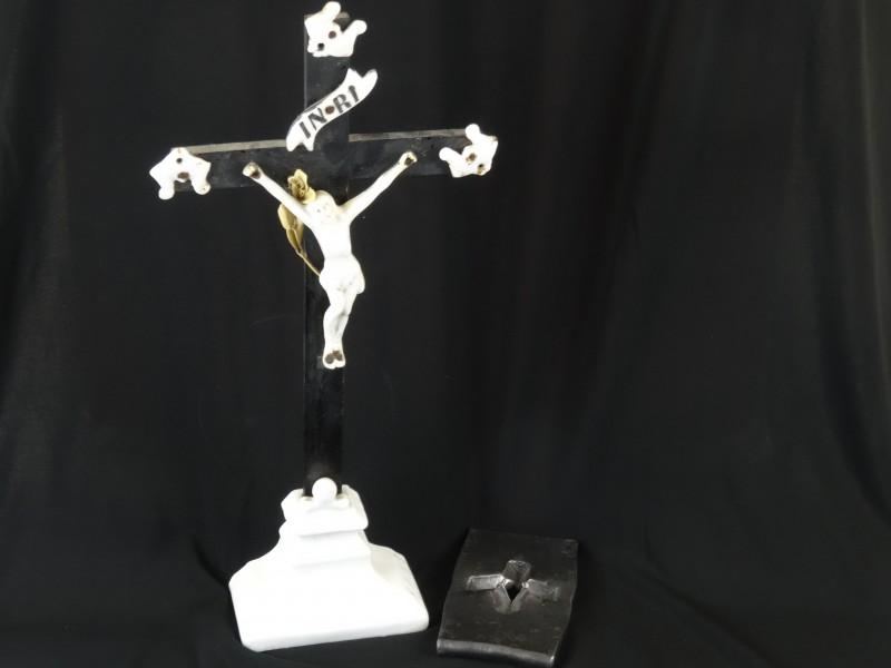 vintage crusifix en bronzen kruis