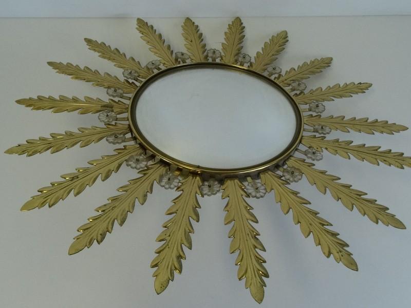 Vintage metalen zonnespiegel met goudkleurige blaadjes en venetiaans glas.