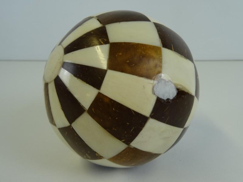 Decoratieve Bal met Bruin en Wit ingelegde vierkanten