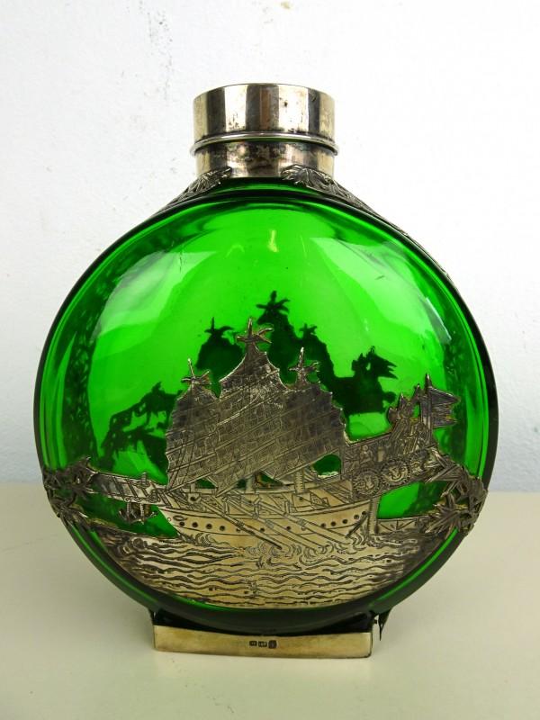 Vintage groene fles met zilveren decoratie