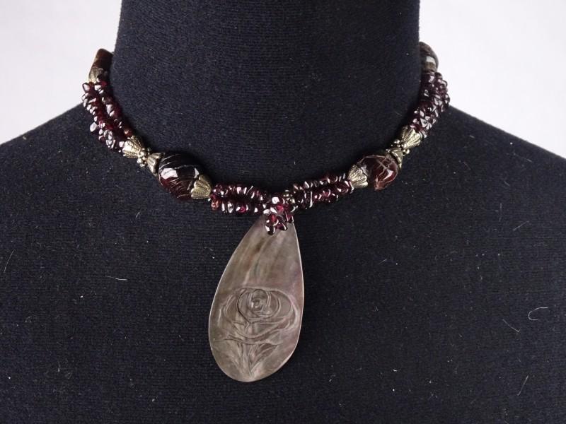 Modern design halsketting met natuursteen en een hanger uit schelp met een roos. (Parelmoer)