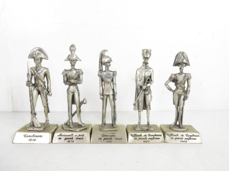 5 metalen miniatuursoldaten